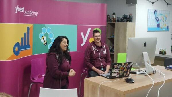 Foto de Samah y Taco asistiendo a una WordCamp en línea